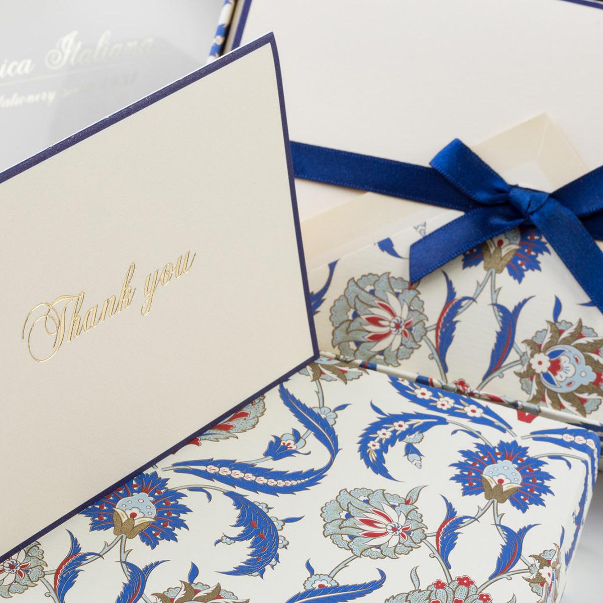 Carta classica italiana con disegni arabesque blu