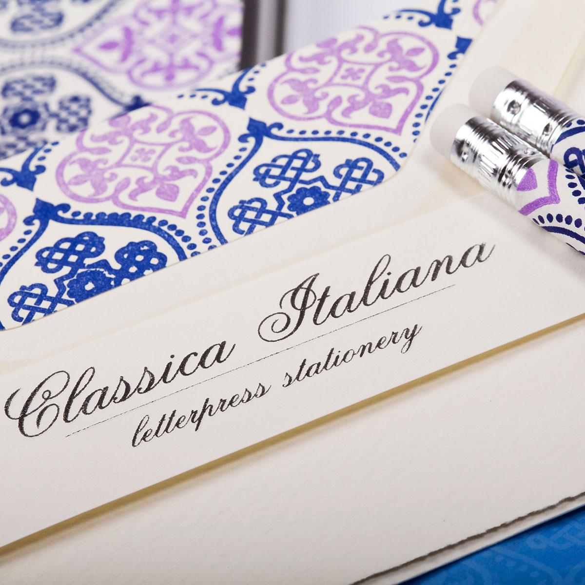 Carta italiana tipografica con disegni rosa e blu